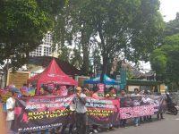 Aksi Unik Tolak People Power, GONAS Berpantun Ria di Depan KPU RI